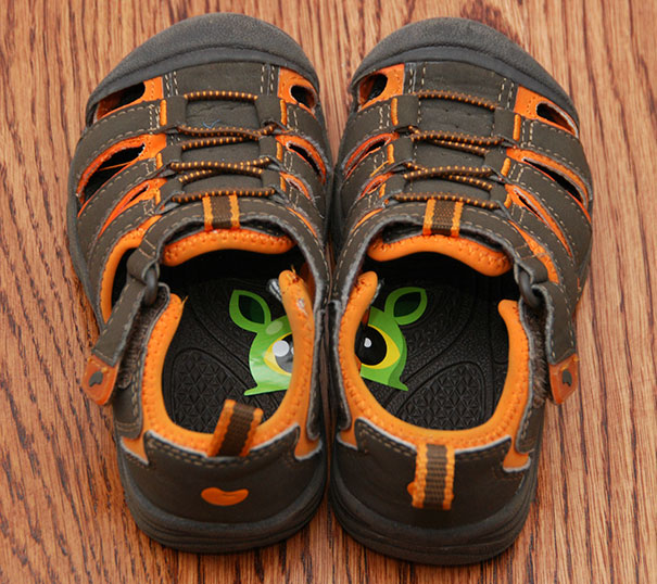 put-stickers-on-your-kids-shoes_1480347840
