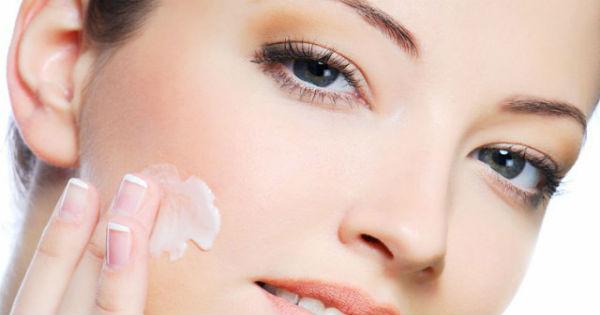 female_model_applying_cream_on_her_face_78459400