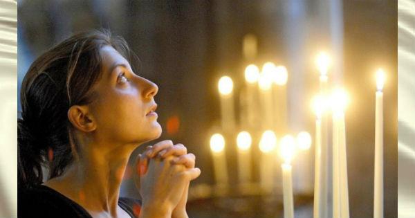 Young-woman-praying-in-church-xlarge-e1495889216145