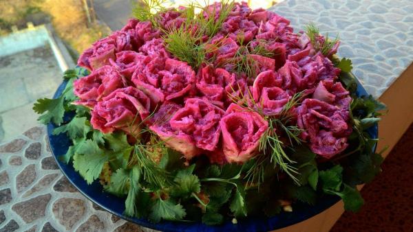 Салат на праздник «Букет роз»